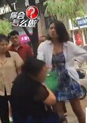 拜金女街头逼母还巨额信用卡债,连打加骂致母亲痛哭。