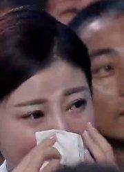 台下女观众突然眼泛泪花,被节目组骗到观众席,居然等来感人一幕