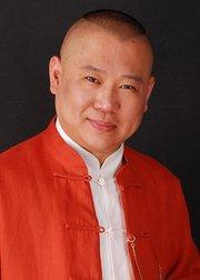 郭德纲称说相声就像当总统,吐槽中国办证费力费时。