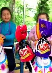 224动画:两个小萝莉骑旋转木马比赛找寻糖果学颜色