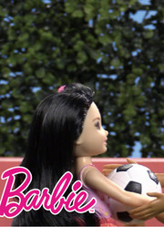 芭比带着妹妹小凯莉,探索各种职业人生的可能性,体验百样人生