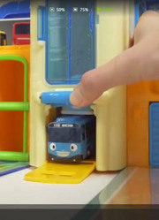 益智儿童玩具车库里的小汽车