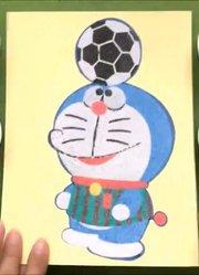 在玩足球的蓝胖子