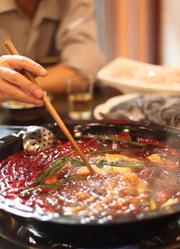 一群足球爱好者为了团聚开了一家火锅店,没想到味道却出奇好吃