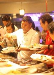 重庆现首家素食自助餐,20元一位,晚上八点之后环卫工人免费吃