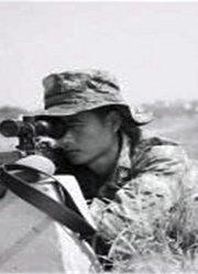 他趴在泥潭里38小时,不敢动一下,只为击毙敌军狙击手