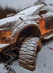 在俄罗斯的冬天如何拖出深陷冻土的越野车?一起来见识下!