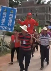 广东五华棉洋镇民俗活动,还有两个人坐在刀轿上,够惊险