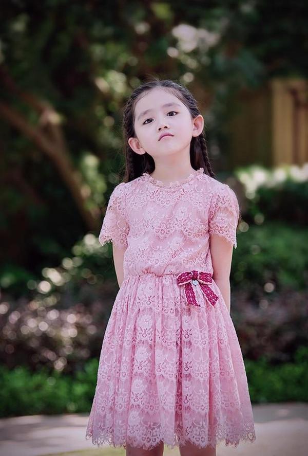 小姑娘名字叫王亭文,2009年6月22日出生于河南省郑州市,除了《因为遇见你》外,在《淘气爷孙》、《火线突击》里面也出演过。